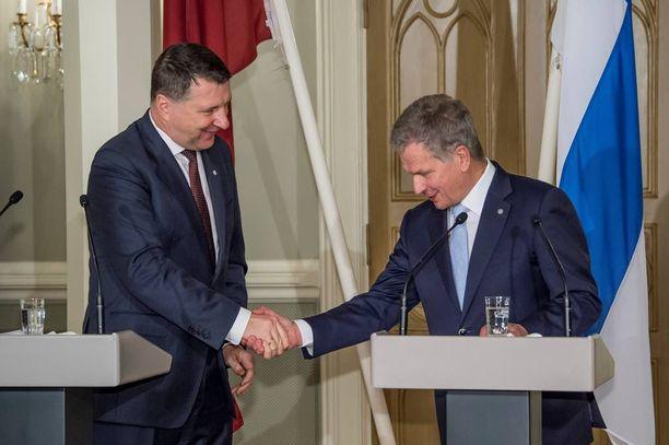 Tasavallan presidentti Sauli Niinistö ja Latvian presidentti Raimonds Vejonis pitivät tiistaina presidentinlinnassa yhteisen tiedotustilaisuuden.