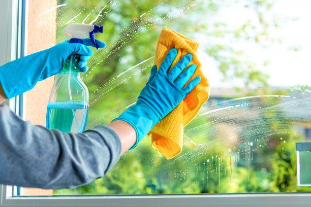 Valitse ikkunanpesupäiväksi puolipilvinen päivä ja odota, että aurinko ei paista suoraan lasiin, kun peset sitä.