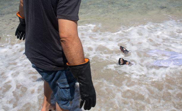 Punaisen Puolikuun työntekijät vetivät aalloista rantaan huuhtoutuneita ruumiita Libyassa.