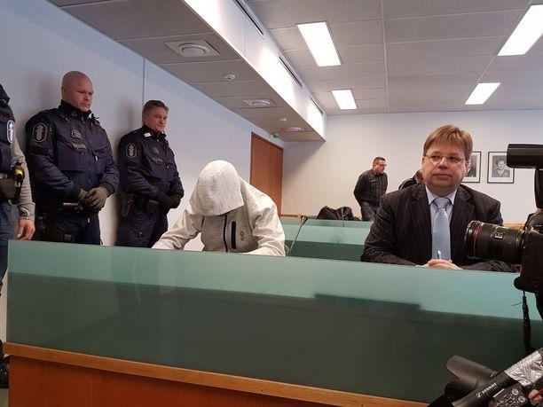 Imatran ampuja Jori Juhani Lasonen kertoi kuulusteluissa katuvansa tekoaan. Oikealla asianajaja Jarmo Salmi.