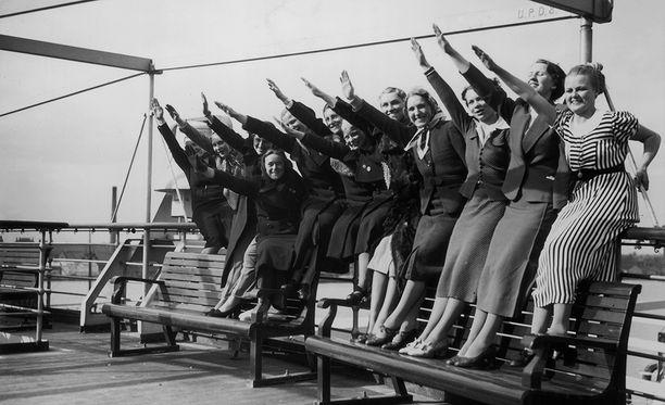Puolueen naisjäseniä risteilyllä Wilhelm Gustloffilla ennen sotaa.