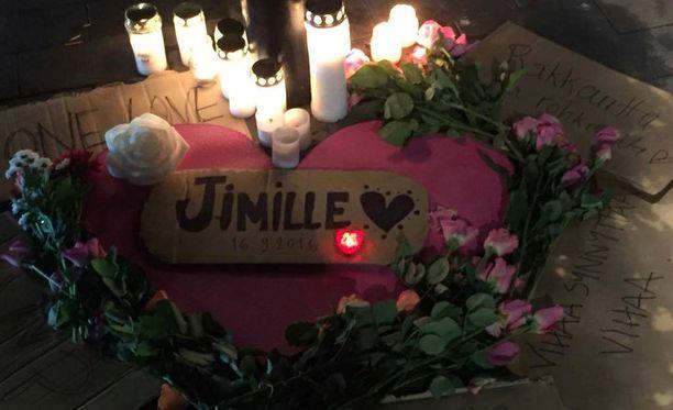 Helsingin rautatieaseman läheisyyteen tuotiin lauantai-iltana kynttilöitä Jimi Karttusen muistoksi.