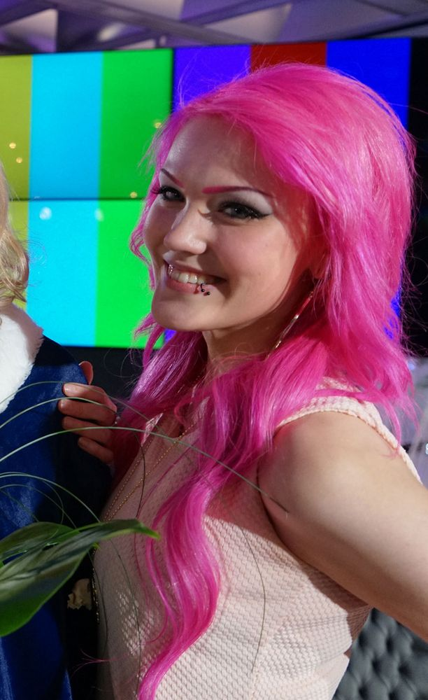 Reilu vuosi sitten Anna-Sofia viihtyi kirkuvan pinkissä tukassa.