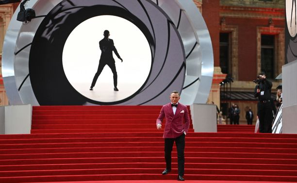 Viimeistä kertaa James Bondin roolissa nähtävä Daniel Craig edusti Lontoon ensi-illassa.