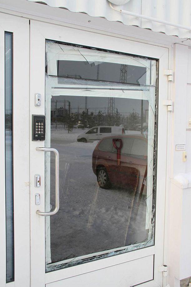 Liikkeen ikkuna oli rikottu.