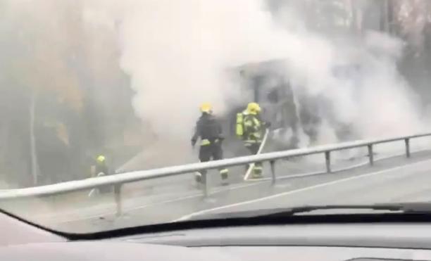 Pelastuslaitos kertoo, että auton ohjaamo tuhoutui palossa, mutta kuormatila säilyi ehjänä.