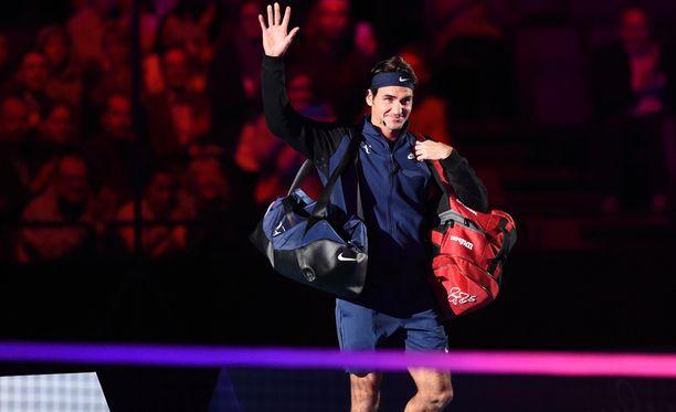 Roger Federer vilkutti yleisölle.