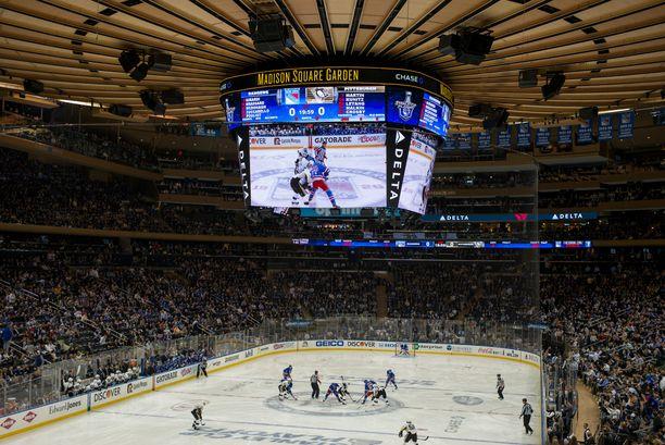 Madison Square Garden vetää jääkiekko-otteluissa 18 006 katsojaa.