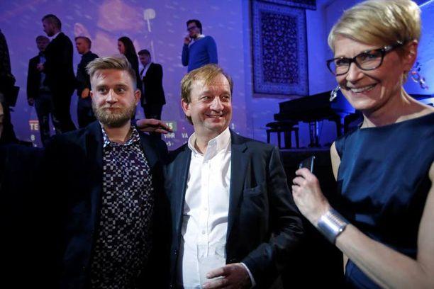 Joel, Hjallis ja Leena Harkimo vaalivalvojaisissa. Tällä kertaa isä meni läpi, mutta poika ei.