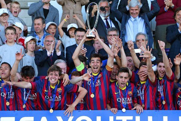 Barcelona kapteeni Roger Riera nostaa pytyn ilmaan.