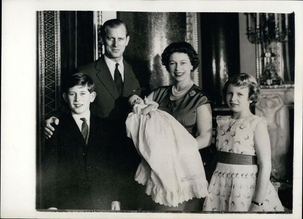 Vuonna 1960 syntyneen prinssi Andrewin väitetään olleen äitinsä suosikkilapsi.