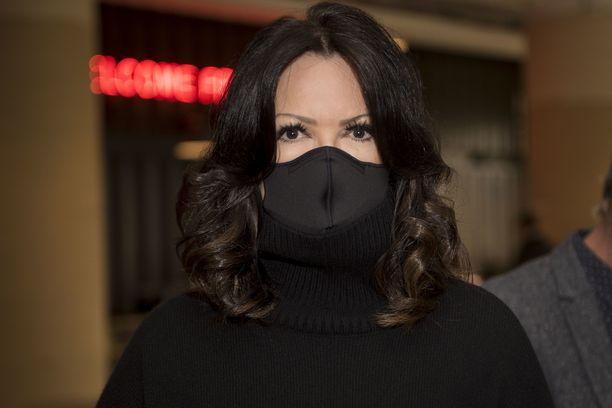 Elina Kanerva saapui tilaisuuteen maski kasvoillaan. Hän pyrkii noudattamaan koronasuosituksia parhaansa mukaan.