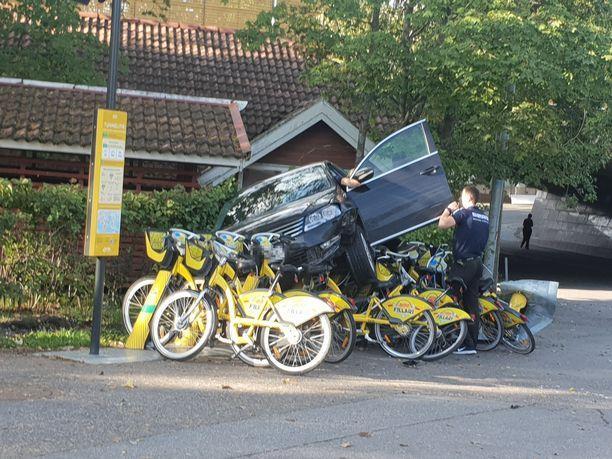 Auto päätyi kaupunkipyöräparkin päälle.