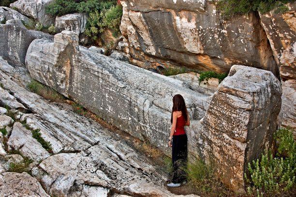 Apollonaksen jättipatsasta ei veistetty koskaan valmiiksi. Massiivinen marmoriveistos makaa keskeneräisenä louhoksessa.