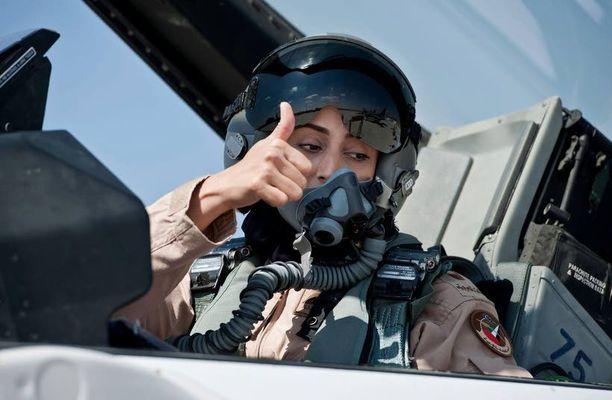 Mariam al-Mansouri lentää tottuneesti F-16-hävittäjälentokoneita.