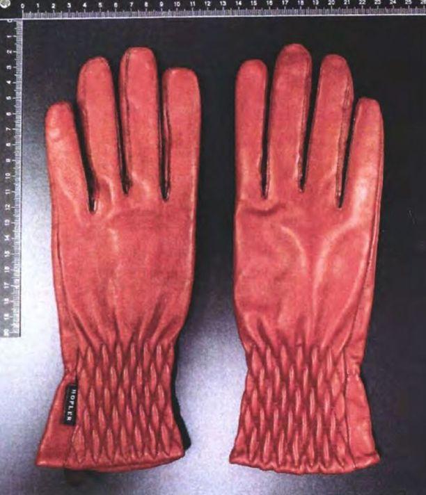 Poliisi takavarikoi runsaasti hansikkaita Penttilän kotoa.
