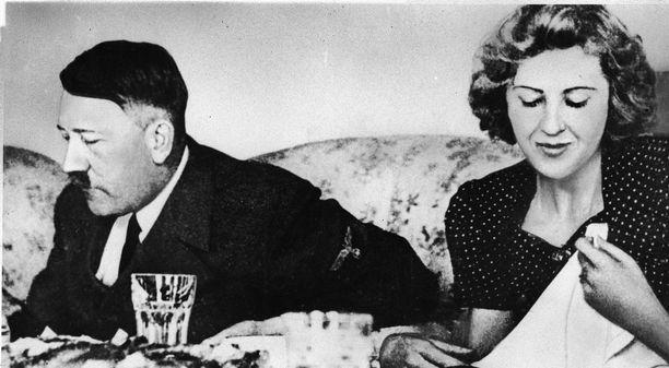 Adolf Hitler pelkäsi myrkytystä ja määräsi nuoret naiset koemaistamaan kaiken ruokansa. Vieressä syömässä Hitlerin rakastettu Eva Braun.