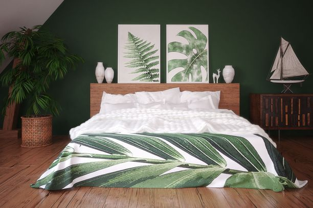 Vahvat trooppiset ja luonnonläheiset kuosit tuovat kotiin kevään. Vihreä seinä on trendikäs.