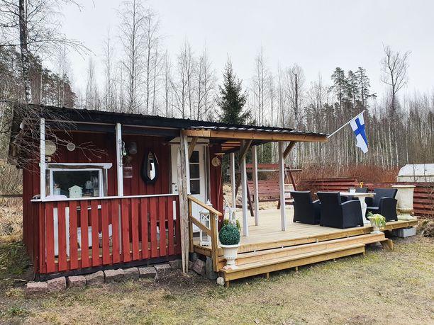 Eija Valta viettää paljon aikaansa Lohjan Hiidenvedellä sijaitsevalla minimökillään. Eijan veljenpoika rakensi mökille terassin, jossa on vietetty monia kesäiltoja ystävien ja sukulaisten kanssa.