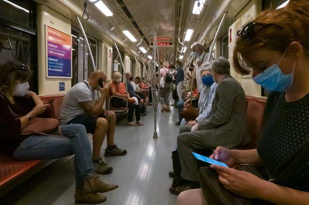 Kasvomaskista on tullut yleinen näky myös Budapestin metrossa Unkarissa. Kuva viime viikolta.