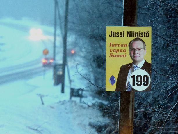 Sinisten puolustusministerin Jussi Niinistön eduskuntavaalimainos muistuttaa hyvin paljon hänen aikaisempia vaalimainoksiaan perussuomalaisten riveissä.