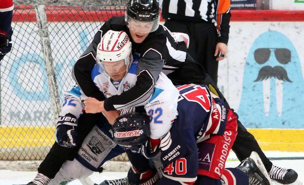 KeuPa HT johtaa Mestiksen finaalisarjaa otteluvoitoin 2-1. Kuvassa painivat KeuPan Ville Paalanen ja TUTOn Mikke Levo.