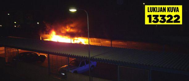 Kannelmäessä syttyi tulipalo autokatoksessa myöhään sunnuntaina.