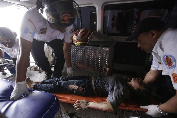 Palossa loukkaantunut tyttö tuotiin ambulanssiin keskiviikkona.