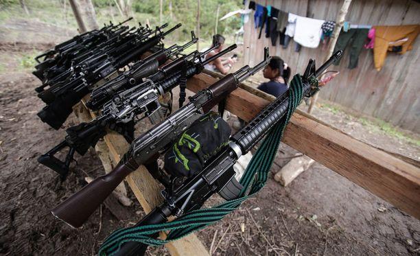 FARC-sissien aseita Kolumbiassa maaliskuussa kuvattuna.