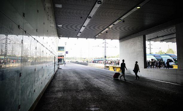 Joukkoraiskaus tapahtui Helsingin rautatieaseman liepeillä.