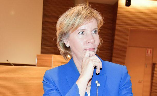RKP:n puheenjohtaja Anna-Maja Henriksson ihmetteli vappupuheessaan, miltä Suomen Eurooppa-politiikka alkaa nyt näyttää uuden eurooppaministerin johtamana.
