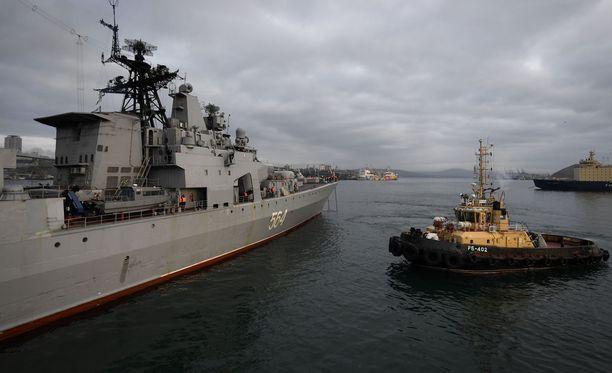 Venäjän laivaston sota-alus Admiral Vinogradov (vas.) kuvattuna toukokuussa 2018.