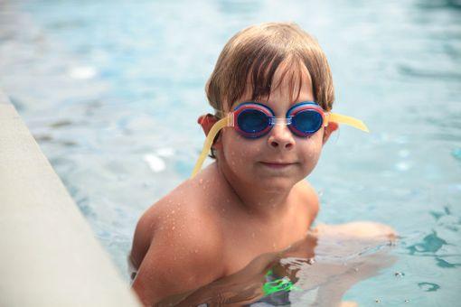 Uima-altaassa pulikoiminen on lapsille mieluista lomapuuhaa.
