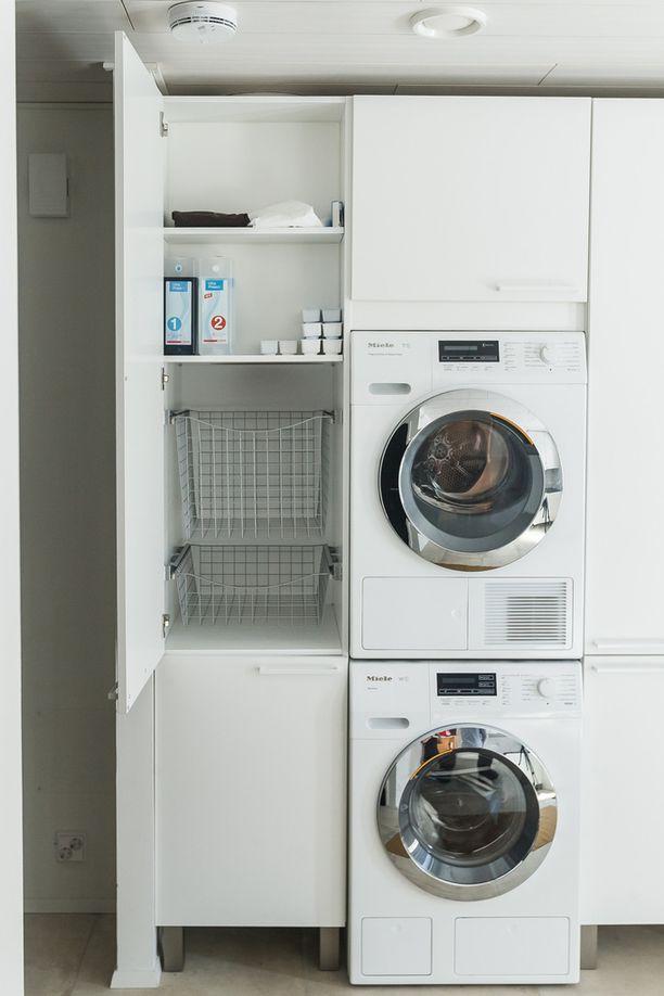-Pyykit tipahtavat suoraan kahden kerroksen läpi kodinhoitohuoneen pyykkikaappiin.