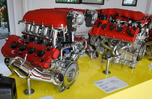 Vasemmalla ensimmäinen uuden sukupolven V8-urheiluautomoottori, F136E vuodelta 2004 ja oikealla vuoden 2012 painos samasta koneesta, F136IH. Molemmassa koneessa tehoja on 490 hv.