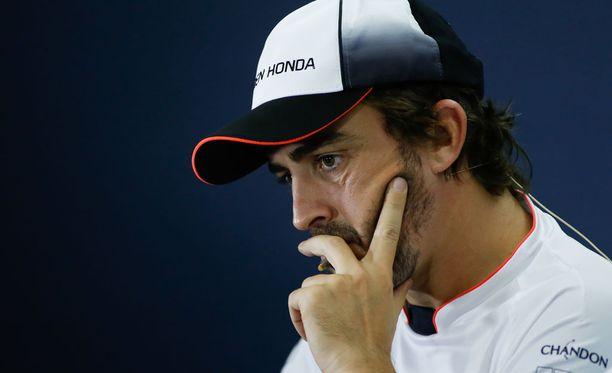 Fernando Alonso kunnioittaa kypärämaalauksella viime lauantaina menehtynyttä kartingkuskia.