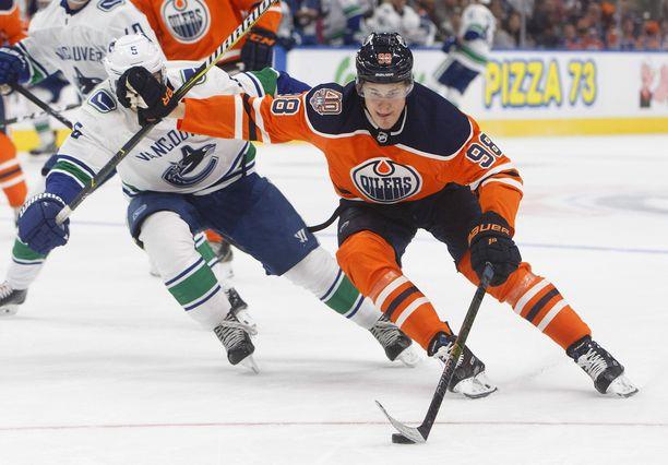 Jesse Puljujärvi teki itselleen tilaa Vancouverin Derrick Pouliotin kustannuksella.