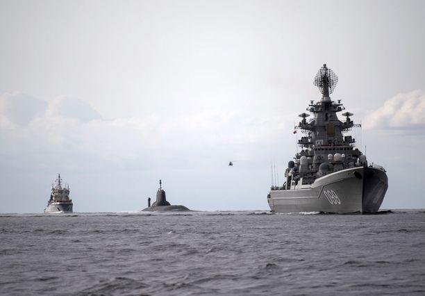 Suurta huomiota herättänyt Venäjän laivaston ydinsukellusvene Dmitri Donskoi on yksi esimerkki Venäjä uhittelusta Itämerellä. Maailman suurin ydinsukellusvene kulki heinäkuussa Jäämereltä Itämeren kautta Pietariin Venäjän laivaston päivän paraatiin.