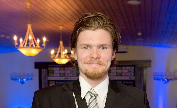 Riku Helenius korvaa avausottelussa alisuorittaneen Henrik Karlssonin Jokerien maalilla.
