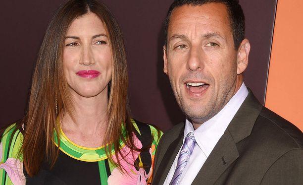 Koomikko Adam Sandler osallistui vaimonsa Jackien kanssa Sandy Wexlerin ensi-iltaan huhtikuun alussa.