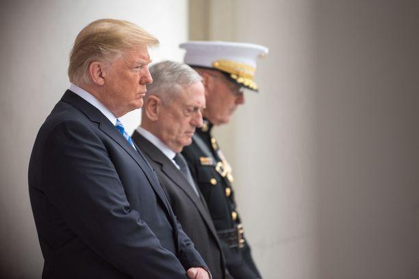 Donald Trump ja James Mattis tuntemattoman sotilaan haudalla Arlingtonissa Virginiassa toukokuussa