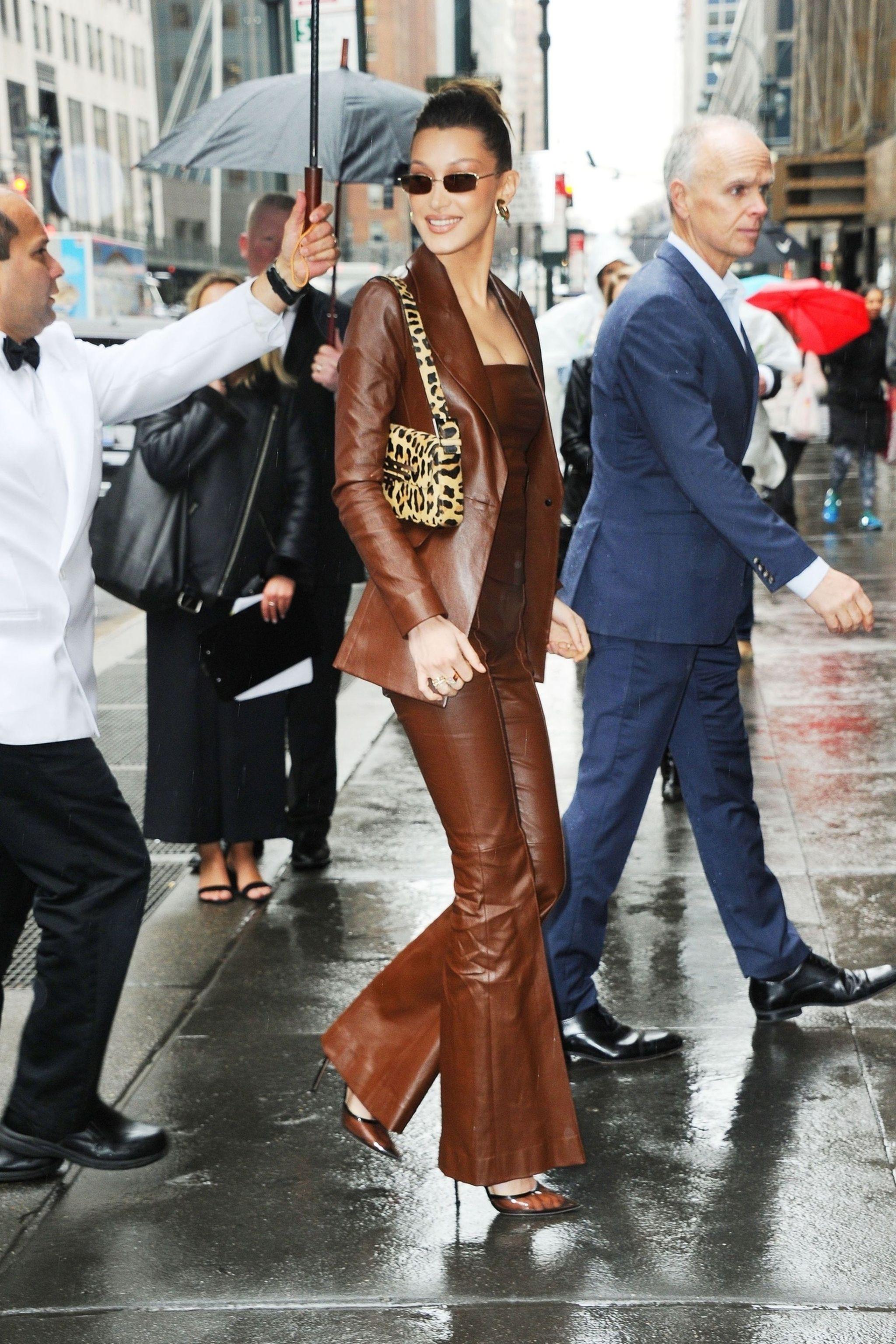 Bella Hadid rakastaa trendikästä ruskeaa nahkaa niin paljon, että pukee sitä päästä varpaisiin.
