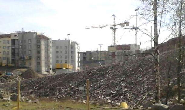 Uusien asuntojen ja Sörnäisten vankilan väliin rakennetaan korkea muuri.