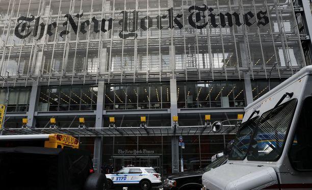 26-vuotias kohutoimittaja siirretään New Yorkin toimitukseen tarkkailtavaksi ja vanhemman toimittajan opastettavaksi.