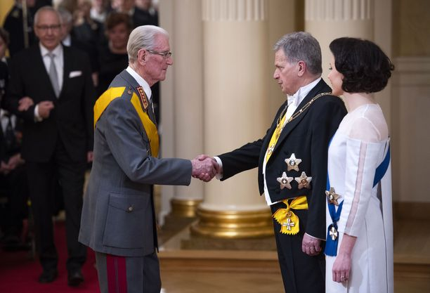 Nähdäänkö perinteistä kättelyseremoniaa enää koskaan Linnassa? Vuonna 2018 kenraali Jaakko Valtanen saapui vieraiden kärjessä kättelemään presidenttiparia.