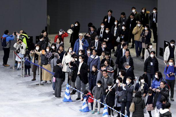 Ihmisiä tutustumiskierroksella vastavalmistuneessa Ariake-hallissa, jossa pelataan olympialaisten lentopallo- ja paralympialaisten pyörätuolikoripalloturnaukset.