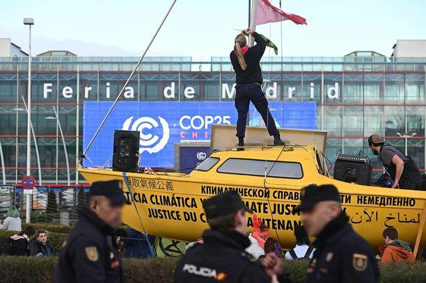 Nuoret aktivistit yrittivät kirittää neuvotteluja kunnianhimoisempaan suuntaan mielenosoituksilla kokouksen aikana.