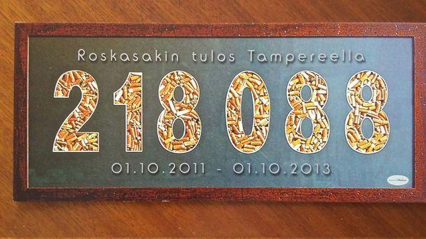 Ilkka ja Kaija Erkkilä keräsivät Tampereelta kaupungin väkiluvun verran tupakantumppeja - ja ikuistivat ne kantaaottavaan tauluun.