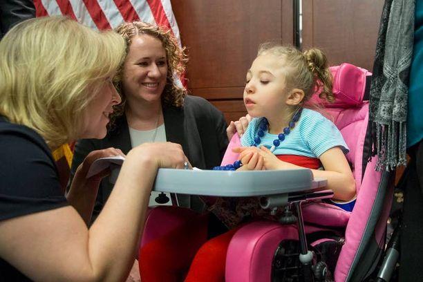 New Yorkin senaattori Kirsten Gillibrand (vas.) tapasi 4-vuotiaan Morgan Jonesin, joka sairastaa epilepsian harvinaista muotoa, Dravetin oireyhtymää.