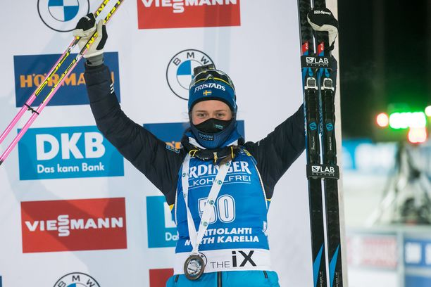 Elvira Öberg tuuletti kolmossijaa riemuissaan.